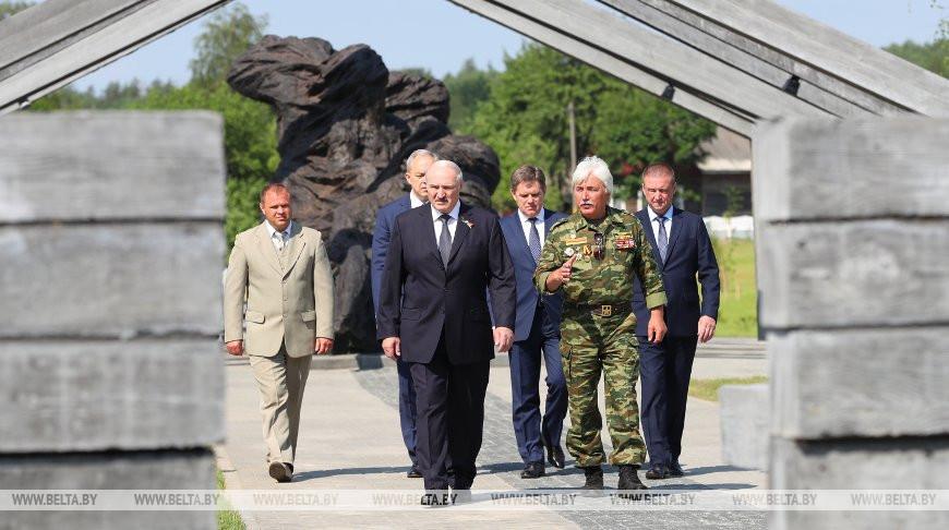 Александр Лукашенко во время посещения мемориального комплекса памяти сожженных деревень Могилевской области в Борках