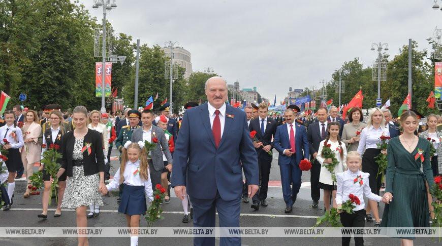 Александр Лукашенко во время шествия