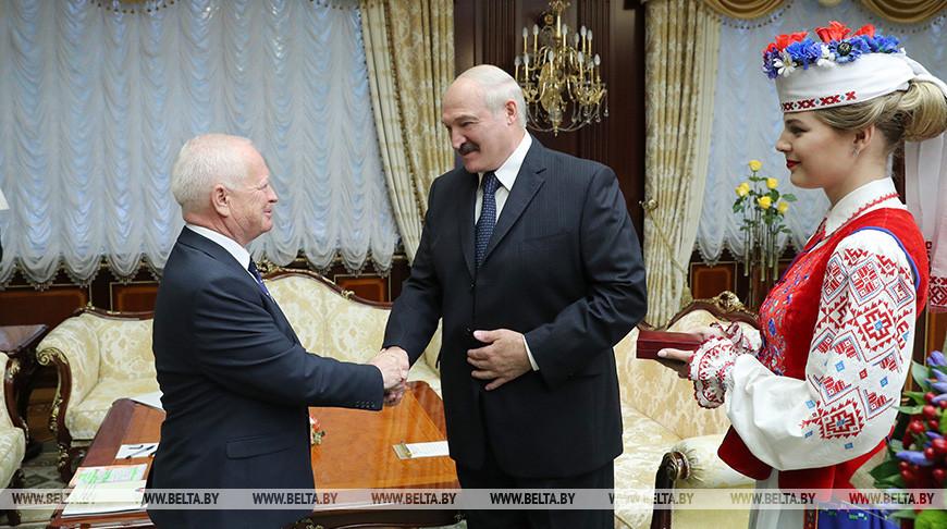 Лукашенко вручил Йозефу Мигашу орден Франциска Скорины