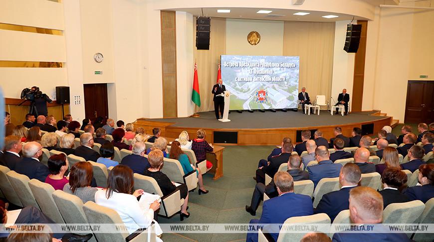 Александр Лукашенко во время встречи с активом