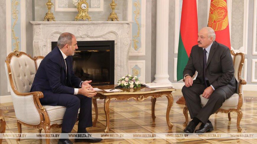 Никол Пашинян и Александр Лукашенко во время встречи