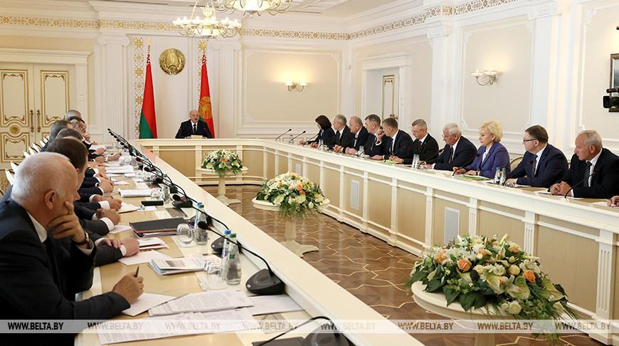 Зарплаты, занятость, цены — Лукашенко ориентирует правительство на решение значимых для общества вопросов