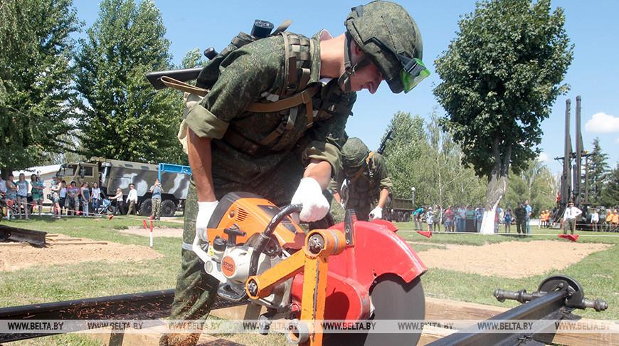 Лукашенко поздравил личный состав и ветеранов транспортных войск с профессиональным праздником