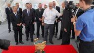 Лукашенко при посещении БНБК подарили китайскую золотую чашу с белорусским зерном