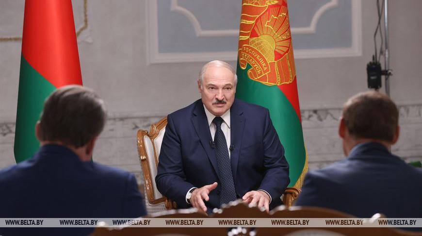 Александр Лукашенко во время интервью