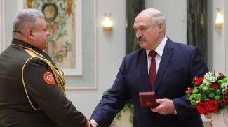Начальник Департамента транспортного обеспечения Министерства обороны Юрий Шаплавский и Президент Беларуси Александр Лукашенко