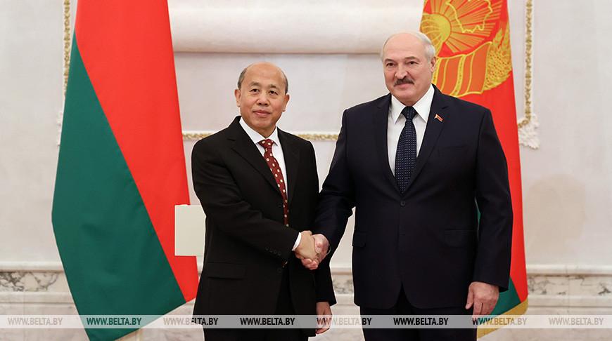 Президент Беларуси Александр Лукашенко и Чрезвычайный и Полномочный Посол Китая в Беларуси Се Сяоюн
