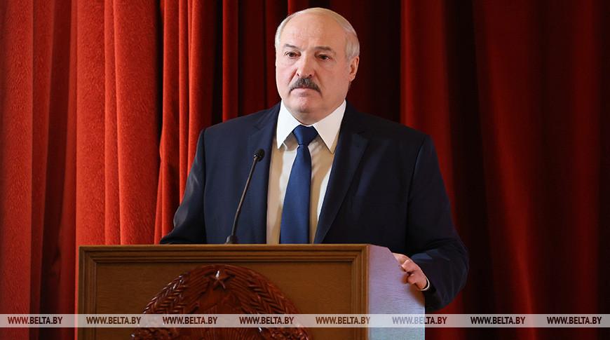 Александр Лукашенко во время посещения БНТУ