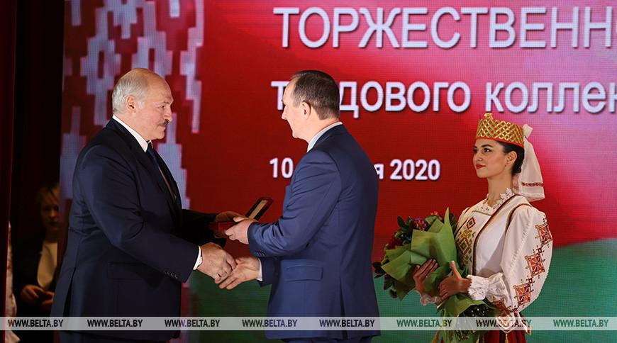 Александр Лукашенко вручает орден Трудовой Славы