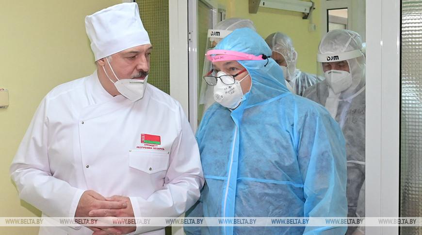 Александр Лукашенко во время посещения больницы