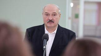 Александр Лукашенко во время визита в больницу
