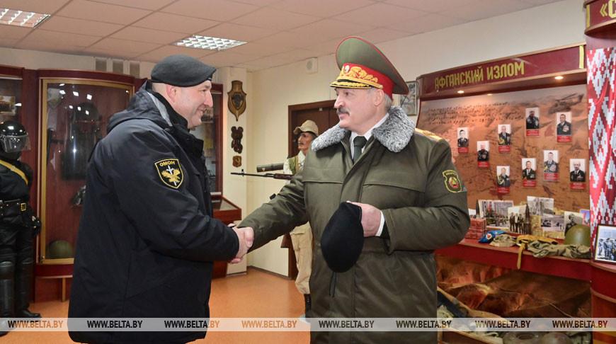 Командир ОМОНа ГУВД Мингорисполкома Дмитрий Балаба вручает Александру Лукашенко черный берет