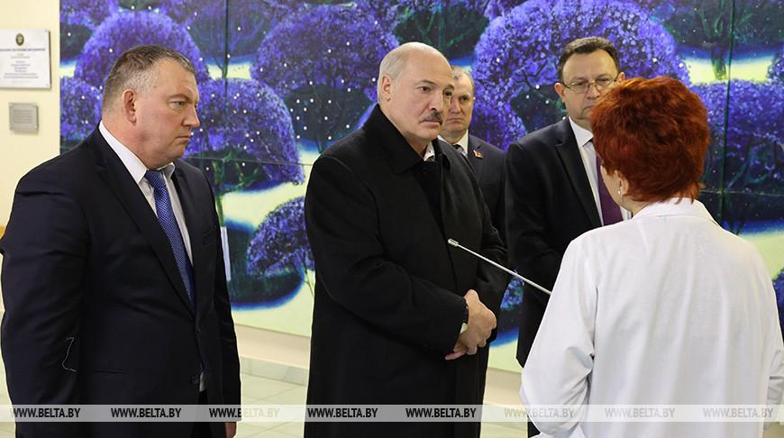 Александр Лукашенко во время посещения РНПЦ
