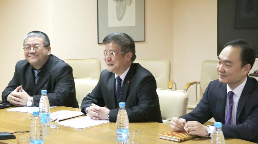 Цуй Цимин (в центре). Фото МИД