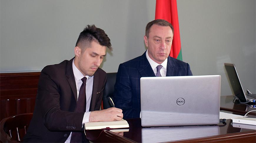 Николай Снопков во время видеоконференции. Фото посольства Беларуси в Китае