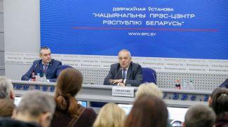 Геннадий Свидерский во время пресс-конференции