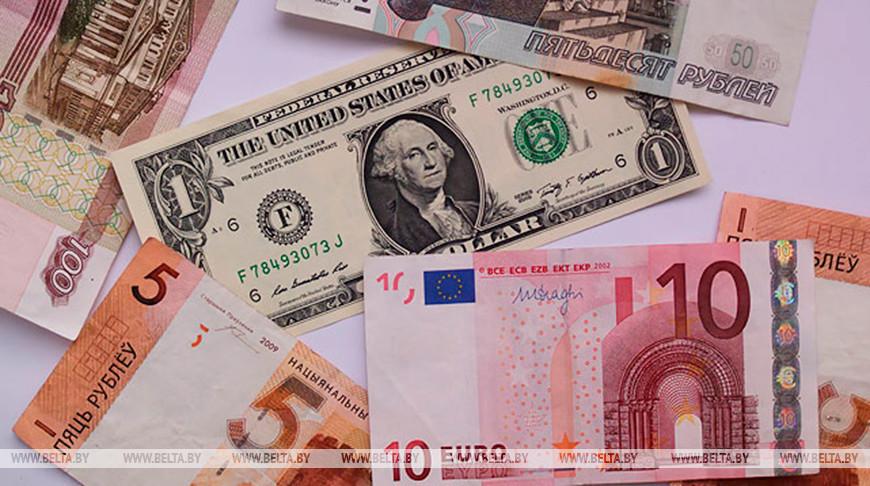 Белорусский рубль на торгах 21 августа ослаб к трем основным валютам.