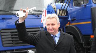 Александр Корженевский с символическим ключом от новых автокранов