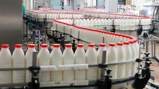 На линии розлива молочных продуктов. Фото из архива