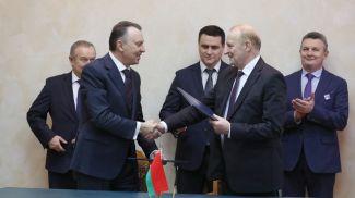 Владимир Улахович и Владимир Гусаков во время подписания документов