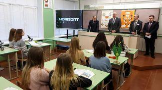 Анатолий Хотько на встрече с учениками агрокласса в Орше. Фото Министерства сельского хозяйства и продовольствия