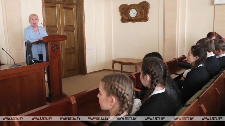 Лидия Ермошина выступает перед школьниками