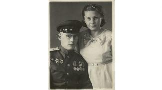 Майор медицинской службы, командир роты 41-го медсанбата 97 стрелковой дивизии 3-го Белорусского фронта Юрий Трифонов с женой Валентиной
