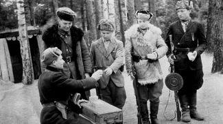 """Брестское партизанское соединение. Партизаны отряда """"Советская Белоруссия"""" готовятся к выполнению задания, ноябрь 1943 года"""