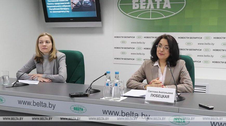 Светлана Любецкая во время брифинга