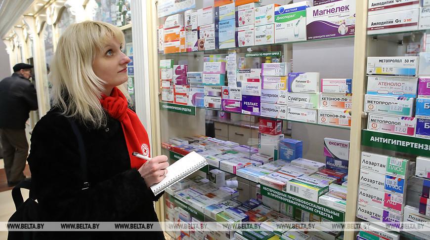 Сотрудник медико-социальной службы Красного Креста Ольга Новикова во время покупки медикаментов