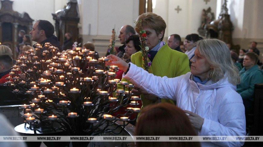 Католики празднуют Вербное Воскресенье в Кафедральном (Фарном) костеле Святого Франциска Ксаверия в Гродно