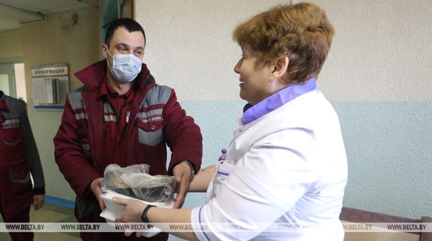 Старший врач, руководитель смены Светлана Филатова раздает обеды дежурным бригадам