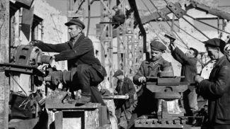 Рабочие Бобруйского станкостроительного завода имени Ленина восстанавливают свой завод, 1944 год