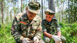 Алексей Шетхман и Виталий Масольд во время поиска фрагментов самолета Ил-4 в Кличевском районе