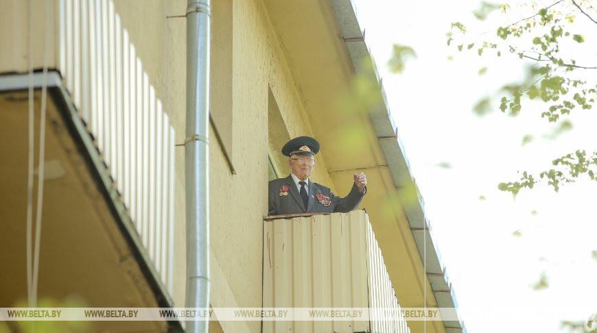 Цветы и внимание ветерану: министр обороны поздравил Героя Советского Союза Василия Мичурина