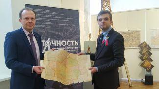 Андрей Гаев передал для экспозиции две оригинальные карты из семейного архива. Фото Госкомимущества
