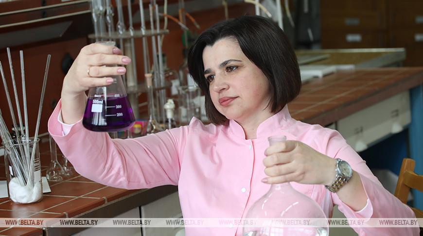 Химик-лаборант Алла Прищеп во время проведения химических исследований