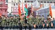 Государственный флаг Беларуси пронесли белорусские военные на параде Победы в Москве