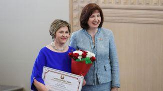 Наталья Кочанова награждает Почетной грамотой Галину Абуховскую