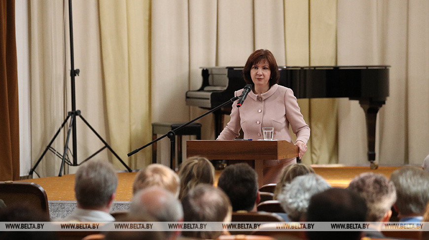 Наталья Кочанова во время встречи с творческими работниками