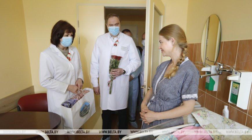В благодарность за будущее страны: Кочанова поздравила молодых мам в РНПЦ «Мать и дитя»