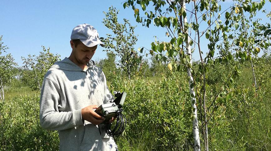 Полевой сотрудник АПБ Стас Верталь устанавливает звуковую ловушку на Полесье. Фото АПБ