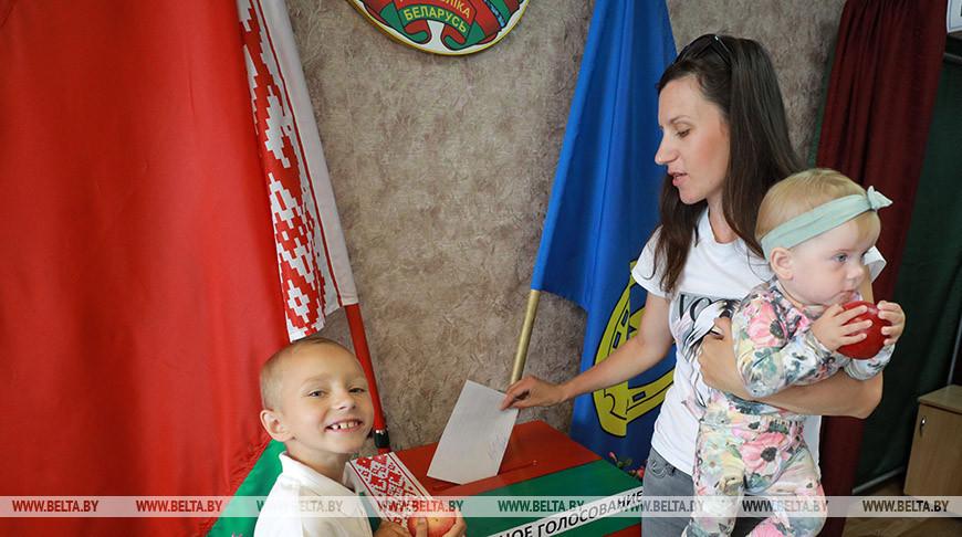 Татьяна Рылькова во время досрочного голосования