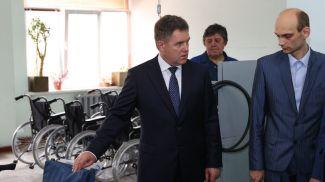 Игорь Петришенко во время посещения Белорусского протезно-ортопедического восстановительного центра