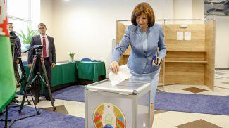 Председатель Совета Республики Наталья Кочанова проголосовала сегодня на избирательном участке №4 в Минске
