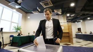 Олег Руммо голосует на участке №4 в Минске