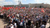 На площади Независимости в Минске люди собрались на митинг в поддержку мира и спокойствия в Беларуси