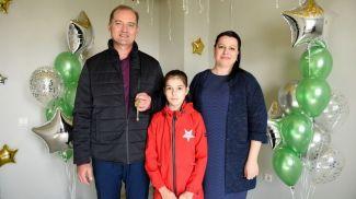 Победитель Андрей Гузев с супругой и дочкой в выигранной квартире в центре Минска