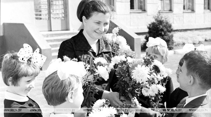 Заслуженная учительница республики А.И. Станютко с учениками, 1973 год