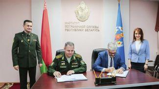 Во время подписания. Фото пресс-службы Академии управления